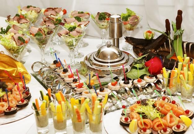 食欲をそそる食べ物でいっぱいのケータリングテーブル