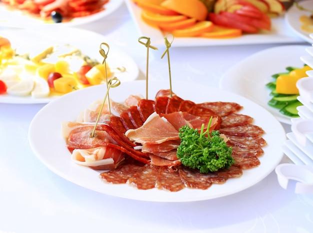 파티 전에 레스토랑에서 식기 및 유리 잔으로 케이터링 테이블 세트 서비스