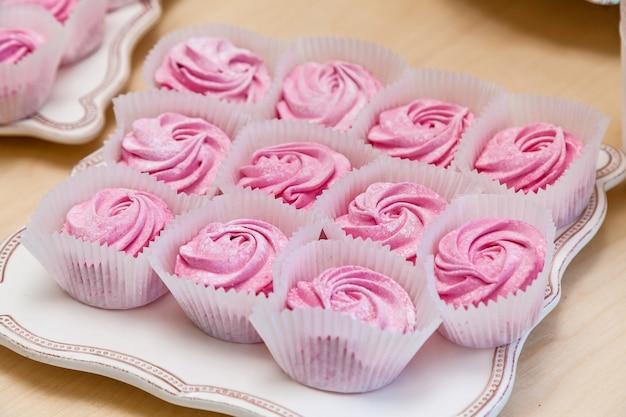 케이터링, 어린이 생일 파티의 달콤한 테이블. 마시멜로, 머핀, 사탕
