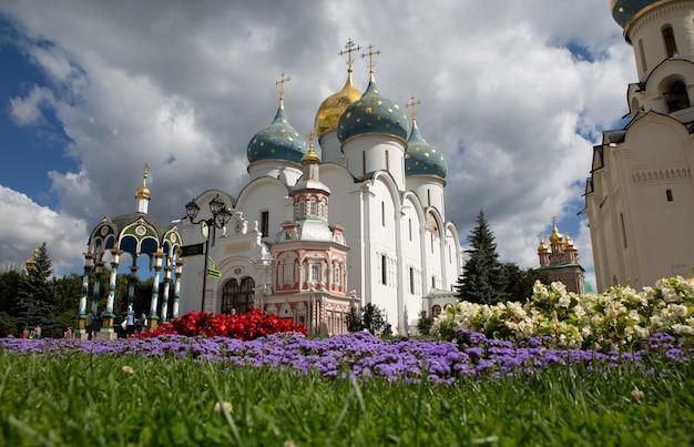 モスクワ地方のセルギエフポサドにある聖セルギウス大修道院の大聖堂と礼拝堂