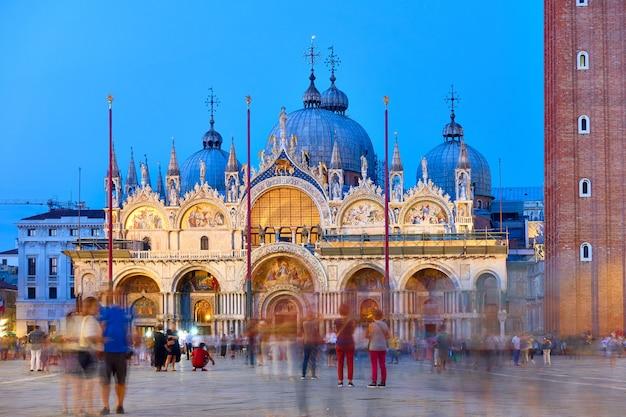 해질 무렵 베니스의 산마르코 대성당과 이탈리아 광장에서 움직이는 사람들이 흐릿합니다. 도시 풍경, 랜드마크