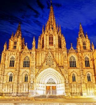 Кафедральный собор. собор святого креста и святой евлалии. ночной вид. барселона, испания