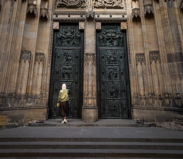 Двери церкви собора, прага, чехия, европа. европейский город, известное место для путешествий и туризма