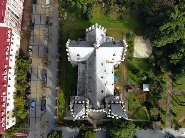 Соборная церковь с городским пейзажем