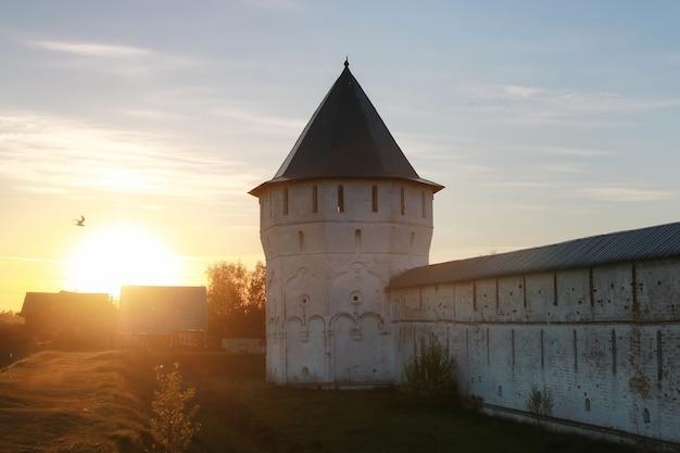 화창한 날 일몰에 대성당 요새 중세 기독교 시대