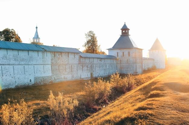 晴れた日の日没時の大聖堂要塞中世西暦