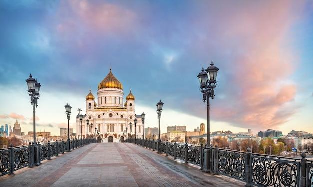 Храм христа спасителя и патриарший мост в москве под красивым небом с розовыми облаками в солнечное утро