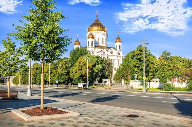 夏の晴れた朝にモスクワの堤防に救世主ハリストス大聖堂