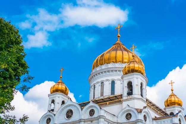 モスクワ、ロシアの雲と青い空を背景に救世主ハリストス大聖堂