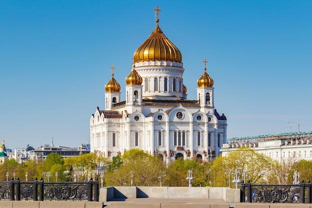 Храм христа спасителя в москве против голубого неба в солнечное весеннее утро