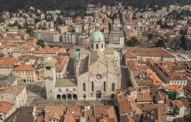 イタリア北部、コモ大聖堂。航空写真