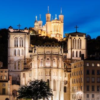 夜のフランス、リヨンの聖ジャン大聖堂とノートルダム大聖堂