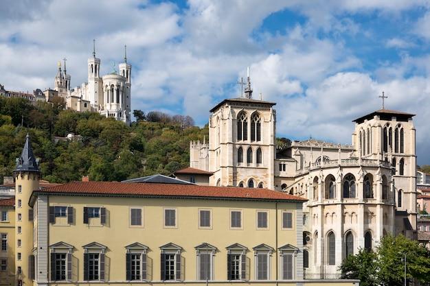 フランス、リヨン市の教会の上の大聖堂