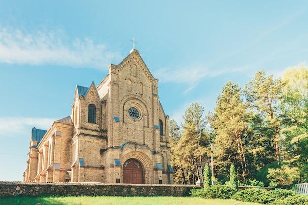 ベラルーシのオストロヴェツの街にある聖十字架のカトリック教会。