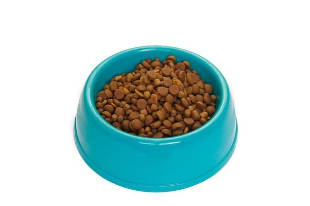고양이와 개는 흰색 배경에 고립 된 그릇에 음식을 건조.