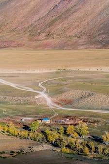 ロシアのアルタイ山脈のキジルチン川の秋の谷にあるチュイ草原の牛レンジャーキャンプ