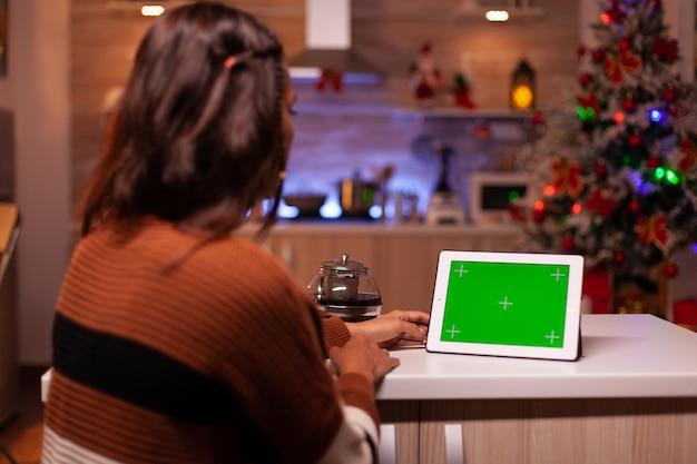 태블릿에서 녹색 화면 기술을 보고 있는 백인 성인