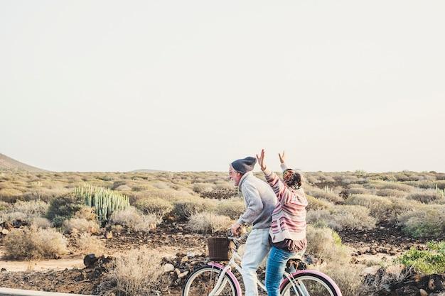 백인 세 성숙한 부부는 관계와 영원히 개념에서 함께 야외 행복한 여가 활동에서 같은 자전거를 함께 타고 많은 재미를 가지고 있습니다-라이프 스타일을 즐기고 행복을 끝내지 마십시오