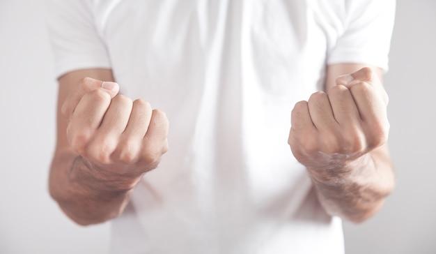 拳で脅迫する白人の怒っている男。