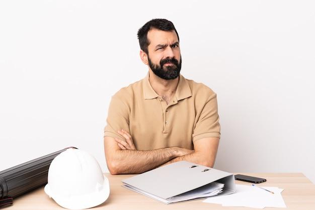 화가 느낌 테이블에 수염을 가진 백인 건축가 남자.