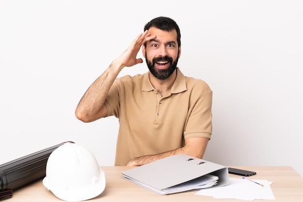 테이블에 수염을 가진 백인 건축가 남자는 뭔가를 깨달았고 해결책을 의도했습니다.