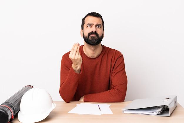 이탈리아 제스처를 만드는 테이블에 수염을 가진 백인 건축가 남자
