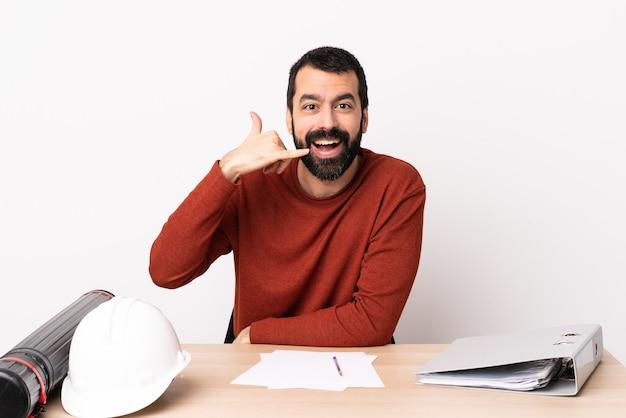 전화 제스처를 만드는 테이블에 수염과 백인 건축가 남자. 다시 전화주세요.