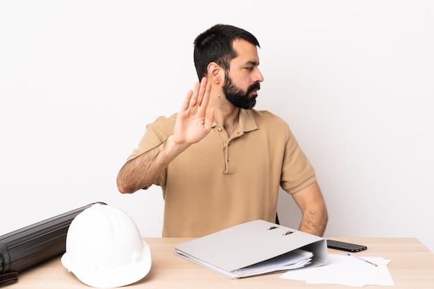 Кавказский архитектор мужчина с бородой в таблице делает стоп-жест и разочарован.