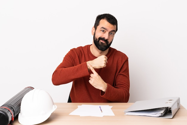 Кавказский архитектор человек с бородой в таблице, делая жест опоздания