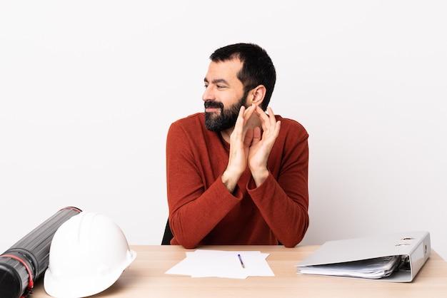 뭔가 여행 중 테이블에 수염을 가진 백인 건축가 남자