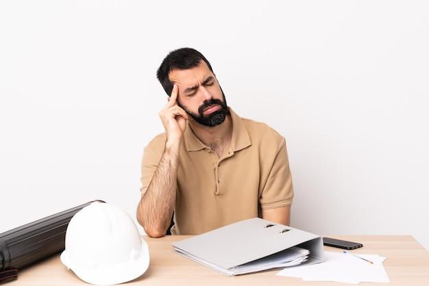 두통 테이블에 수염을 가진 백인 건축가 남자.