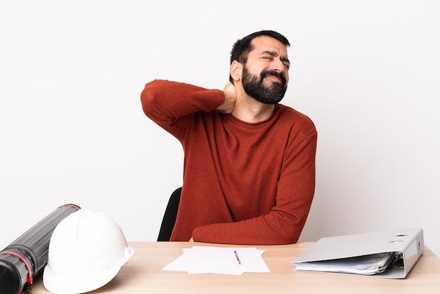 Кавказский архитектор мужчина с бородой в таблице с шейной болью.