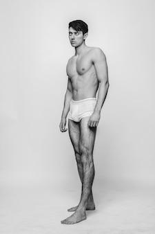 속옷에 완벽한 몸이 서있는 백인 매력적인 남자