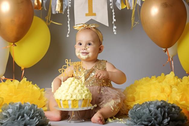 彼女の最初の誕生日に白人の赤ちゃん女の子