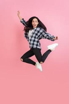 . copyspace のあるコーラル ピンクの壁に白人の美しい女性のポートレート。スタイリッシュなモデル。人間の感情、表情、販売、広告、ファッション、若者のコンセプト。 無料写真