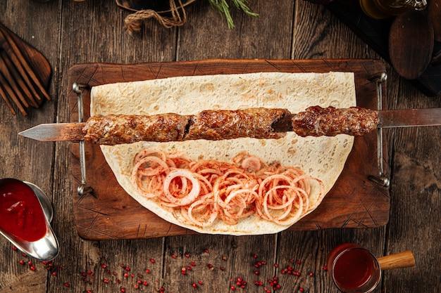 Кавказская говядина люля кебаб с маринованным луком