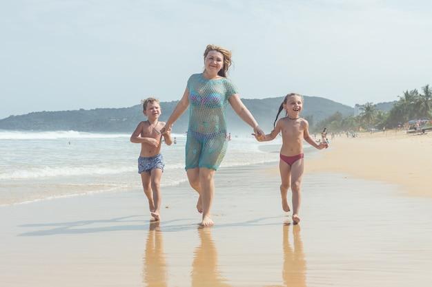 Кавказский мальчик из европы со счастливым и расслабленным временем на тропическом пляже