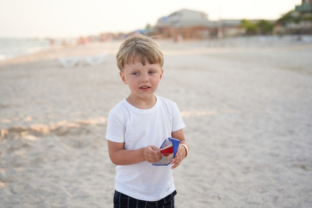 白人少年立っているビーチ