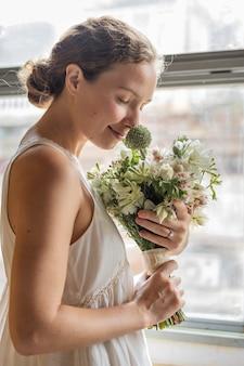 Кавказская невеста держит букет