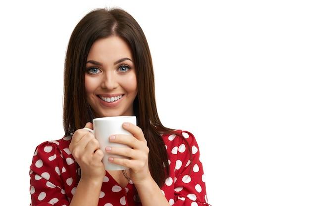 Кавказская женщина брюнетка с кружкой кофе, изолированные на белом фоне