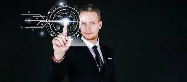 白人のビジネスマンの手が黒い背景の上の仮想画面の指紋に触れる