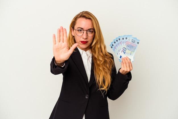一時停止の標識を示す伸ばした手で立っている白い背景で隔離の手形を保持している白人のビジネス女性は、あなたを防ぎます。