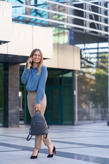Кавказская деловая женщина разговаривает по телефону. талия вверх портрет успешной европейской женщины, разговаривающей по телефону,