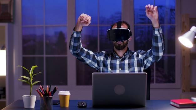 Кавказский бизнесмен в домашнем офисе в очках виртуальной реальности. бородатый бизнесмен с использованием современных технологий.