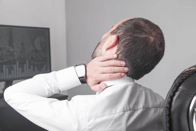 사무실에서 목에 통증을 앓고 백인 사업가.