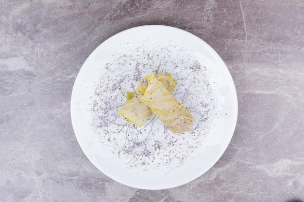 白人キャベツは白い皿に詰め物で包みます