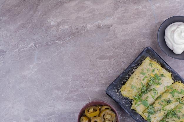 Роллы из кавказской капусты с йогуртом и маринованными овощами.