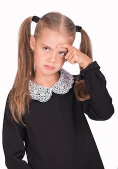 Кавказский ребенок, злая и грустная девушка, изолированные на белой поверхности