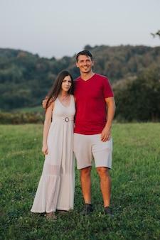 Кавказская пара, наслаждаясь днем в поле