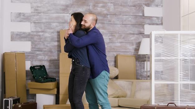 白人のカップルは彼らの新しいアパートに興奮しました。うれしそうなカップル。
